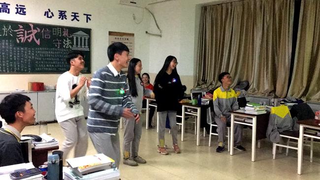 赵泉皓,张棋棋,张鲁钰,陈星霖共跳鸭子舞,搞笑的舞姿把现场师生都逗乐